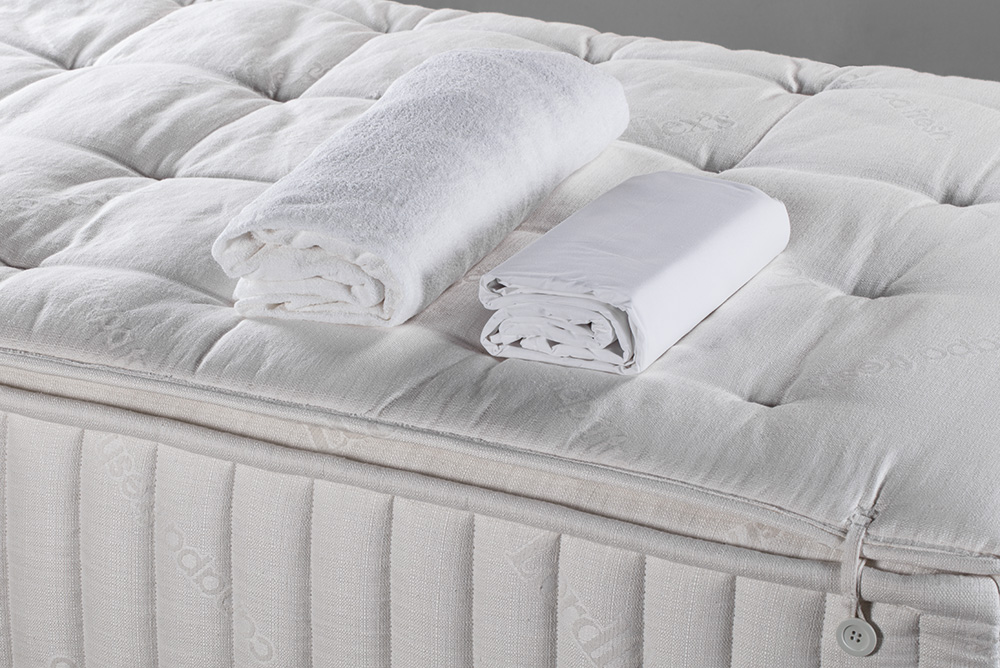 Mattress cover and complete set of sheets (high-thickness) included in the price of SUITE HOME